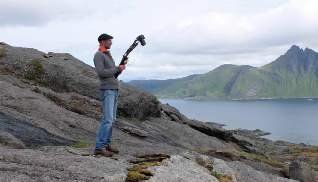 Bilde for bilde flytter Olivier Galland seg bortover langs fjellet i Lofoten.