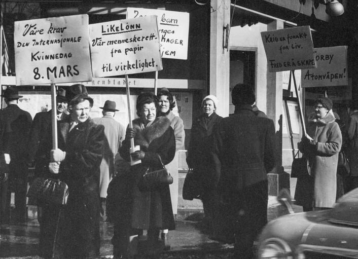 Trolig Norges første 8. marstog, avholdt i 1962. Alfhild Jensen i lys strikkelue. (Foto: Arbeiderbevegelsens arkiv)