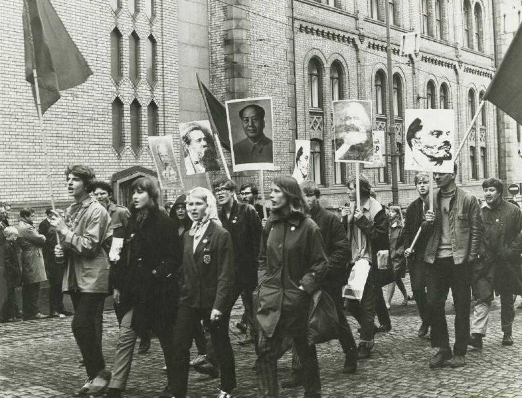 Ungdom i demonstrasjonstog utenfor Stortinget 1. mai 1968.