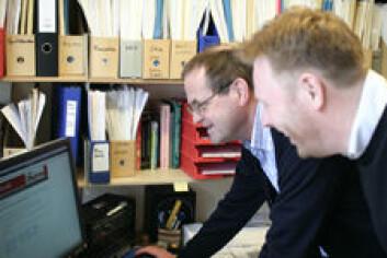 Knut Hofland og Gisle Andersen konsulterer listen med nye ord. (Foto: Walter Wehus)
