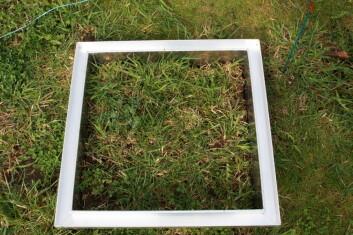 Oppå disse rammene blir det plassert bokser som skal måle utslippet av klimagasser fra graseng. (Foto: Anita Land)