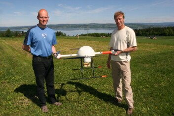Doktorgradsstipendiat Stein Ivar Øvergaard og forskningsleder Audun Korsæth ved Bioforsk Øst Apelsvoll med minihelikopteret. Foto: Bo Hansen, Bedre Gardsdrift.