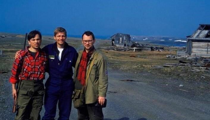 Direktør Gennadij Matishov i Murmansk marinbiologiske institutt, russiske vitenskapsakademi (t.v.), Salve Dahle og seniorforsker Dmitrij Matishov på prøvesprengningsfeltet for atomvåpen på Novaja Semlja i juli 1992. Dahle og fotografen er de eneste vestlige som noen gang har vært på feltet.