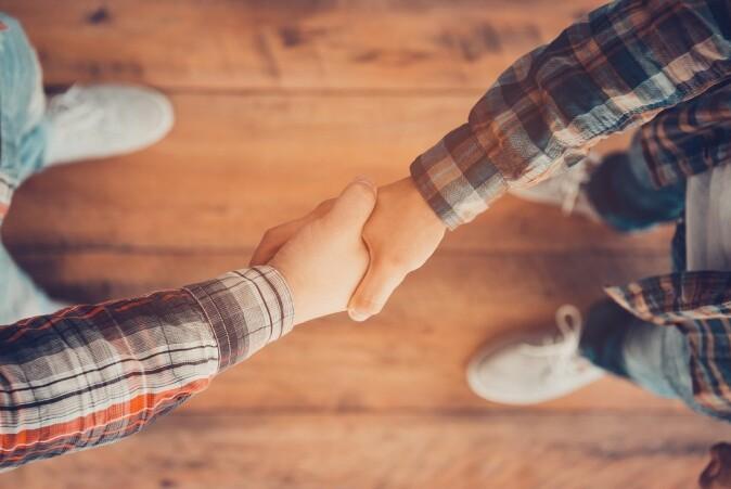 Forholdene mellom folk endrer seg delvis når vi ikke lenger kan ta hverandre i hånda.