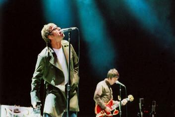 Oasis-brødrene Liam og Noel Gallagher under en konsert i San Diego i 2005. (Foto: Will Fresch/Wikimedia Commons)