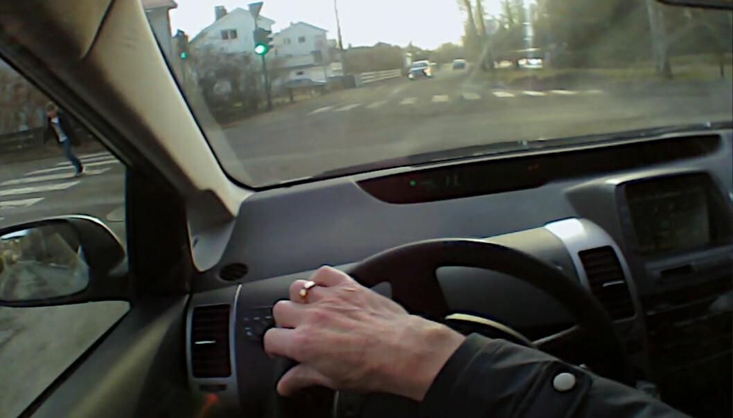 Nå ser føreren fotgjengere til venstre. Øyeblikket før var personen usynlig bak stolpen mellom vinduene.