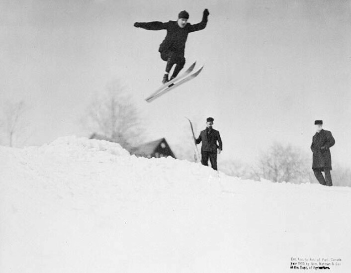 Skihopping i Canada i 1905. (Foto: Library and Archives Canada, se lisens her.)