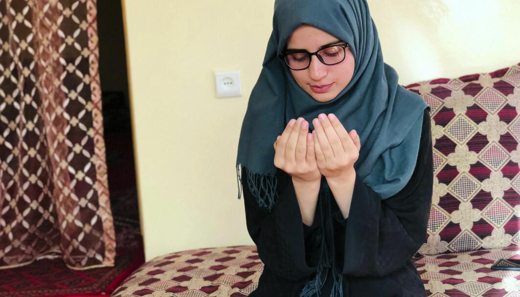 18 År gamle Salge Baran fikk den høyeste poengsummen i hele Afghanistan på opptaksprøven for universitetsutdannelse i år. Hun ønsker å bli lege og bli i landet. Men med Taliban ved makten er hun – som mange andre studenter – nå usikker på hva framtiden vil bringe. Her er hun fotografert mens hun ber hjemme hos seg selv.
