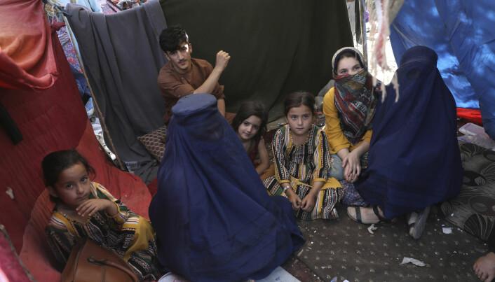 Lærer Nilofar (i burka t.v.) fra Takhar-provinsen søkte tilflukt i Kabul under Taliban-offensiven tidligere i sommer. Kvinner er nå svært usikre på hva Talibans maktovertakelse vil ha å si for deres muligheter til å delta i samfunnet framover. Nilofar ville derfor bare stå fram med fornavn.