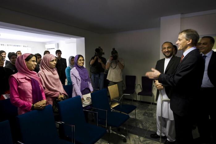 I 2008 møtte daværende utenriksminister Jonas Gahr Støre en gruppe studenter, både kvinner og menn, i Kabul. Nye regler under Taliban tilsier nå at kvinnelige og mannlige studenter må være fysisk atskilt.