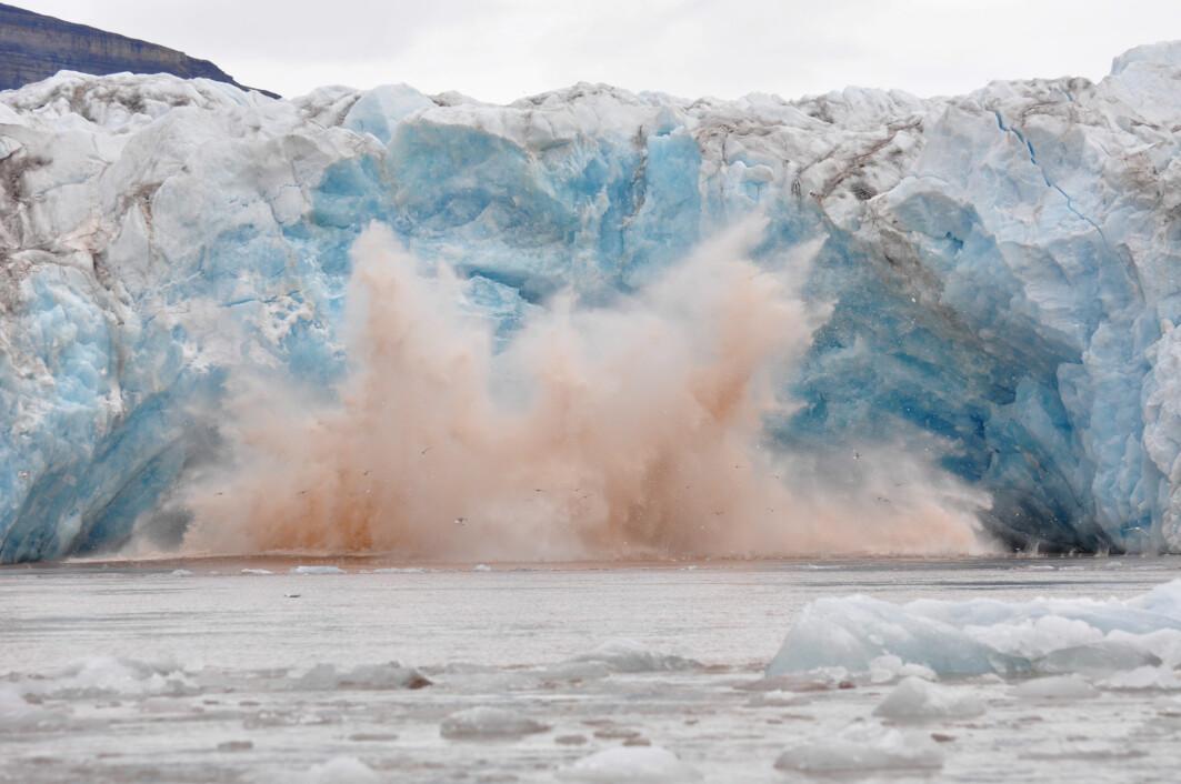 Mennesker bør ikke bevege seg nært isbreer, som på kort varsel kan kalve.
