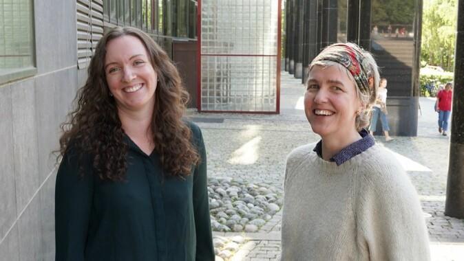 Forskar Marte Blikstad-Balas (t.v) og mamma Øyunn Syrstad Høydal snakkar om kunnskap og erfaringar med den digitale heimeskulen slik vi opplevde han under nedstenginga våren 2020.