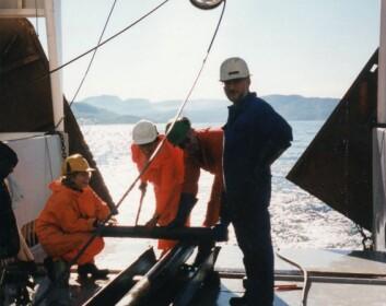 Forskere i arbeid under kartleggingen av Astafjordene. (Foto: NGU)