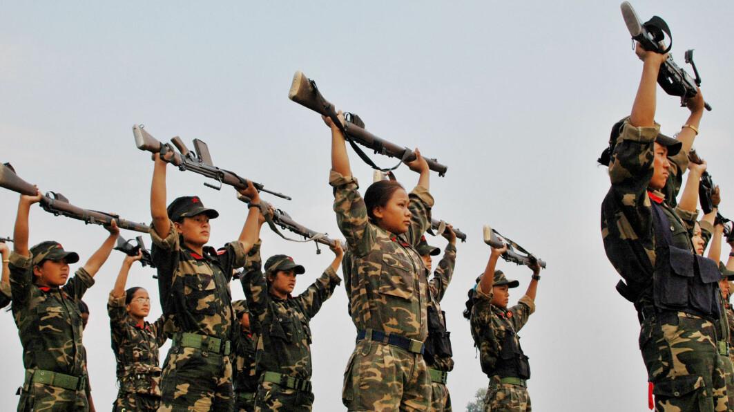 Alle de mindreårige Hauge intervjuet i Colombia og Nepal kom fra svært vanskelige forhold og sluttet seg til geriljagruppen frivillig. Bildetviser maoist-soldater underen øvelse utenfor Kamlajhora i Nepal i 2006.