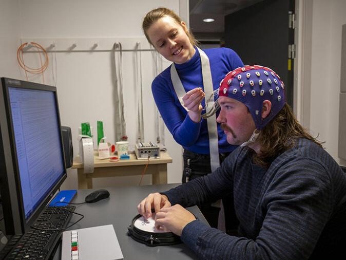 Med hjelp av EEG kan Foldal måle elektrisk aktivitet i hjernen hos deltagere som løser oppgaver mens de lytter til en rytme og avvikende lyder.