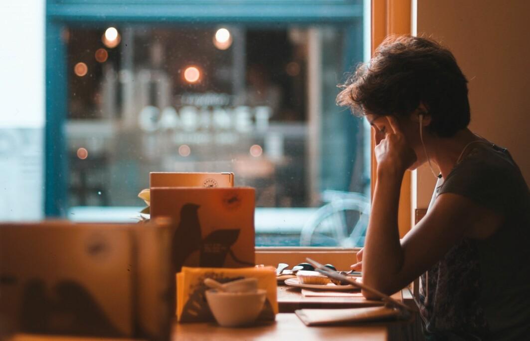 Lar du deg ofte forstyrre av smålyder? Hjernen lærer seg stadig å fokusere på det som er viktig, ved å forutse lyder.