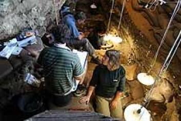 UiB administerer feltskole for arkeologistudenter i Sør-Afrika. Mange nordmenn var med på utgravningen i Blombos Cave. (Foto: Christopher Henshilwood og Grethe Moell Pedersen)