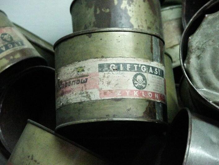 I Auschwitz ble fangene drept med giftgassen Zyklon B. Den lammer nervesystemet slik at man ikke kan trekke pusten. Gassen ble sendt ned i gasskamrene gjennom hull i taket. (Foto: Michael Hanke, se lisens her)