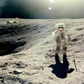 """""""Charles Dukes utforsker Månens overflate under NASAs Apollo 16-ferd i 1972. (Foto: NASA)"""""""