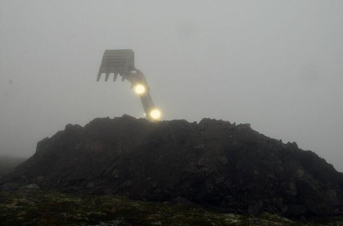 Gravemaskina arbeider på toppen av fjellet Gamlemsveten i tidlegare Haram kommune utanfor Ålesund.