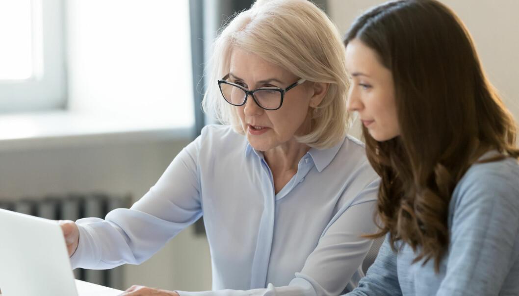 Eldre i arbeidslivet trives bedre enn de yngre, viser svenske studier. Norsk kartlegging viser at de fleste eldre som jobber, har en lederstilling eller er lærer.