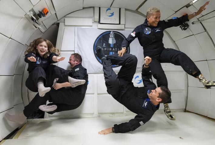 Her svever astronautene vektløse rundt under en øvelse i forkant av oppskytningen. Fra venstre: Hayley Arceneaux, Chris Sembroski, Jared Isaacman og Sian Proctor.