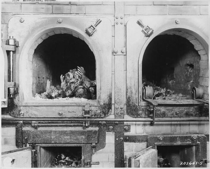 Forkullede kropper ble funnet av amerikanske tropper i konsentrasjonsleiren Buchenwald nær Jena i Tyskland, 16. april 1945. (Foto: National Archives and Records Administration, se lisens her)