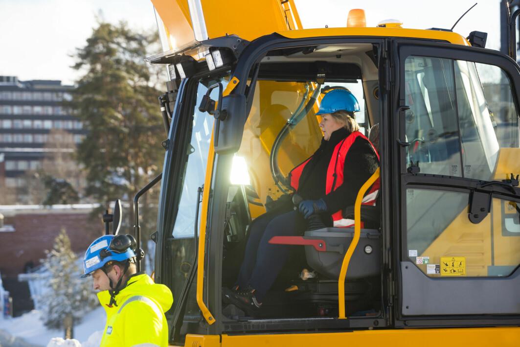 Statsminister Erna Solberg i en gravemaskin i februar 2019, instruert av Erling Sande, markerer byggestart på det som blir Norges største universitetsbygg. Livsvitenskapsbygget ved Universitetet i Oslo. Bygget skal huse 1.600 studenter og 1.000 ansatte.