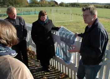 Bernt-Henrik Hansen (t.v.) ved seksjon Miljø Landbruk og Friluftsliv i Sarpsborg kommune guidet gruppa med forskere under befaringen i Sarpsborg. (Foto: Sebastian Eiter)