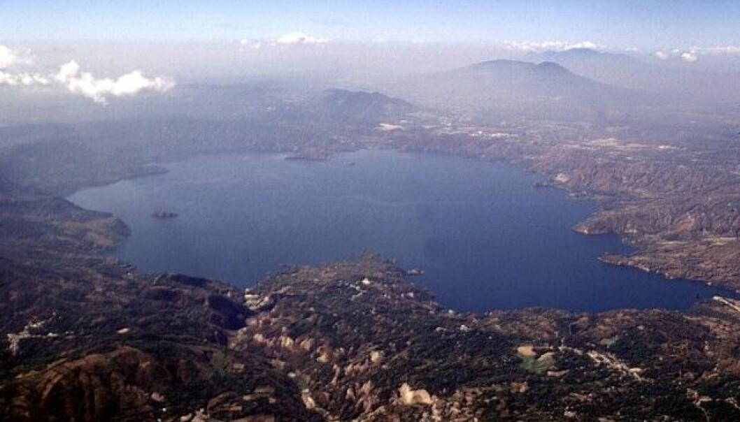 Ilopango-innsjøen sett fra luften. Dette krateret ble dannet etter utbnruddet for rundt 1500 år siden.