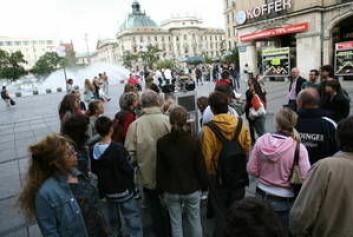 """""""Mange ble svært interessert i å få interagere med ACE (skimtes i bakgrunnen) på dens ferd gjennom München. (Foto: Cluster of excellence CoTeSys - Cognition for Technical Systems)"""""""