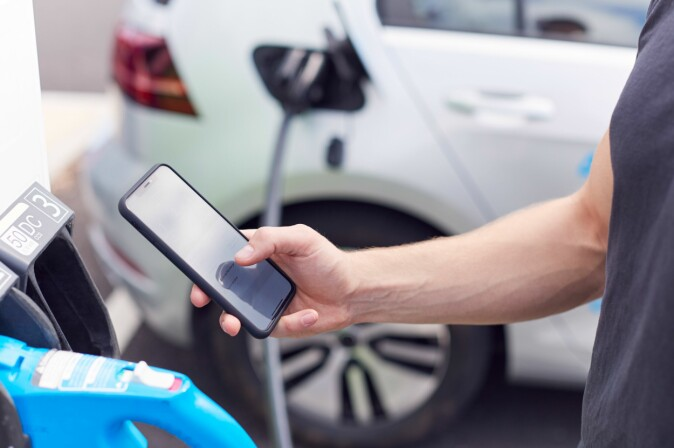 Researchers around the world are looking for new materials and methods that can make batteries withstand fast charging better.