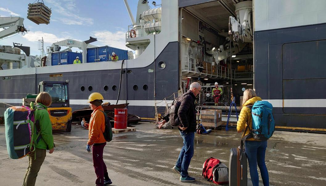 Det er like før avgang til farvannene ved Svalbard. Forskningsskipet G.O. Sars laster inn et førtitalls paller med utstyr og instrumenter, og ikke minst ankommer 16 forskere og teknikere fra Havforskningsinstituttet, Norges geologiske undersøkelse og Universitetsmuseet i Bergen.