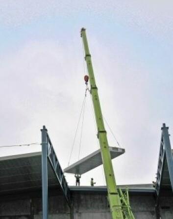 Lett-tak-elementer heises på plass ved Askos nye sentrallager i Vestby kommune. Med nærmere 30 meters høyde utsettes bygget for store vindkrefter. (Foto: Kristian Thorrud)