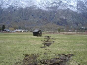 Steinsprang i Lærdal. Steinsprang blir ofte utløst av komplekse mekanismer og er vanskelig å varsle ut fra vær og klima. (Foto: NGI)