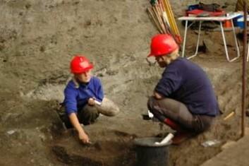 """""""Silje Øvrebø Foyn og Merethe Johansen graver forsiktig ut funn fra den antakelig 9000 år gamle møddingen på Herand."""""""