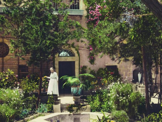 Selma Lagerlöf fant inspirasjon til boken Jerusalem hos en amerikansk koloni i Palestina og deres karismatiske leder Anna Spafford. Her er Spafford avbildet i koloniens frodige hage – som sto i sterk kontrast til det karrige landskapet i området rundt.