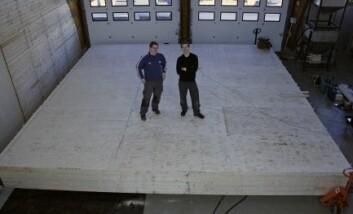 Masterstudentene Kristian Thorrud og Eirik Furulund med deler av masteroppgaven - et Lett-tak på 49 kvadratmeter. (Foto: Kai Tilley)