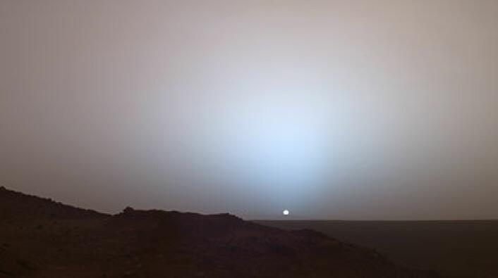 """""""Solnedgang på Mars. Bildet ble tatt i mai 2005 i Gusev-krateret av NASAs rover Spirit. Siden Mars er lenger unna solen enn det jorden er, ser solen bare to tredjedeler så stor ut"""""""