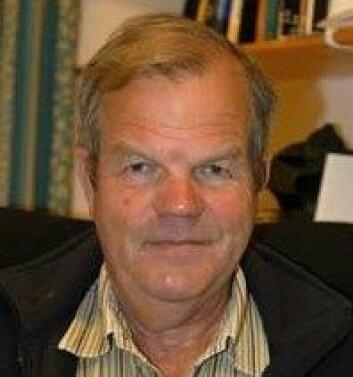 Stein Ugelvik Larsen, professor emeritus ved Institutt for samanliknande politikk, UiB, har fått eit sterkt innblikk i krigsbarna si leiting etter sin tyske far. (Foto: Åse Johanne Roti Dahl)