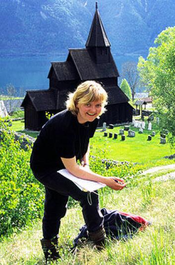 """""""Liv Norunn Hamre registerer planteliv i skråninga bak kyrkja. (Foto: Knut Rydgren)"""""""