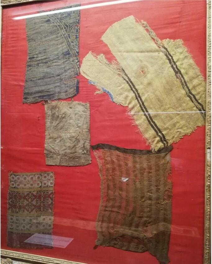 Tekstiler, angivelig fra Kristinas grav, funnet og utstilt i Covarrubias.