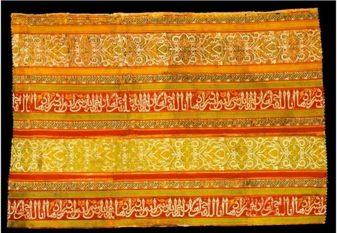 """Andalusisk silkestoff med kufisk skrift, 12-1300-tallet. Kan """"gullaks""""-stoffet stamme fra et slikt stoff?"""