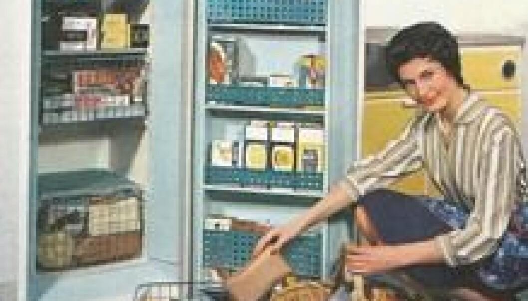 Slik så fryseindustrien i sine reklamer for seg at den vakre og moderne husmoren skulle fylle hjemmefryseren med ferdigvarer. Men de fleste bokser ble fylt med selvbergingsprodukter. (Foto: Mandal RadioElektro, 1964)