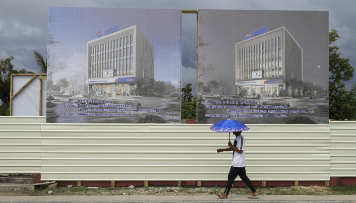 En mann passerer et prosjektområde som en kinesisk investeringsbank står bak i hovedstaden Nuku'alofa i øystaten Tonga i det sørlige Stillehavet.