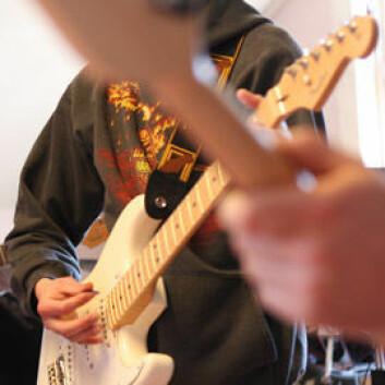 """– Det er betre å forsvinna inn i musikken enn å forsvinna inn i sitt eige hovud, seier """"Arne"""", som brukte gitaropplæringa for å få lettare dagar på lukka avdeling. (Foto: Tordis Marie Espeland)"""