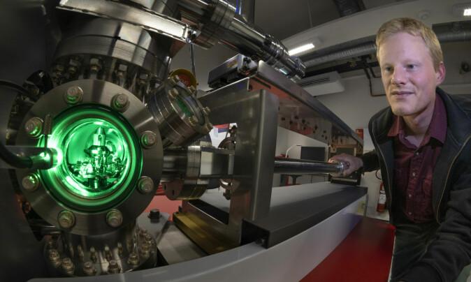 Sigurd Wenner viser fram atomsondetomografen, instrumentet som river fra hverandre og analyserer materialer.