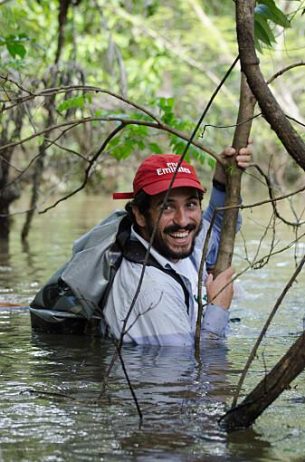 Forsker João-Campos-Silva i felten i Amazonas' flomskoger.