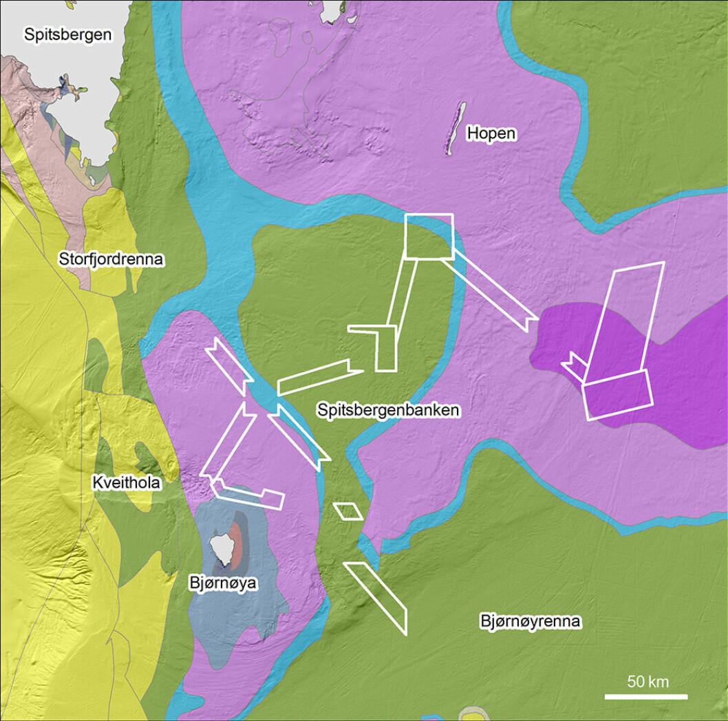 Berggrunnskartet over Spitsbergenbanken viser utbredelsen av sedimentære bergarter fra trias-tiden (rosa, 252-201 millioner år gamle), jura-tiden (blå, 201-145 millioner år gamle), kritt-tiden (grønn, 145-65 millioner år gamle) og tertiær-tiden (gul, 65-1,8 millioner år gamle) alder. Hvite bokser viser kartleggingsområdene for årets tredje Mareano-tokt.