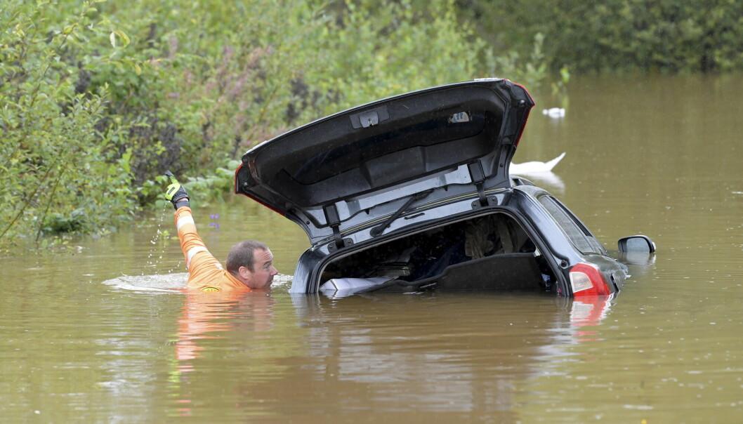 Forskere mener lokalaviser må skrive mer om konsekvensene av lokale klimaendringer og tiltak. Her står veiene under vann etter et kraftig regnvær i Gävle og Dalarne i Sverige.